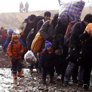 Auf dem Foto sind einige geflüchtete Menschen mit ihren Kindern zu sehen.