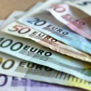 Auf dem Foto sind einzelne Geldnoten zu sehen.