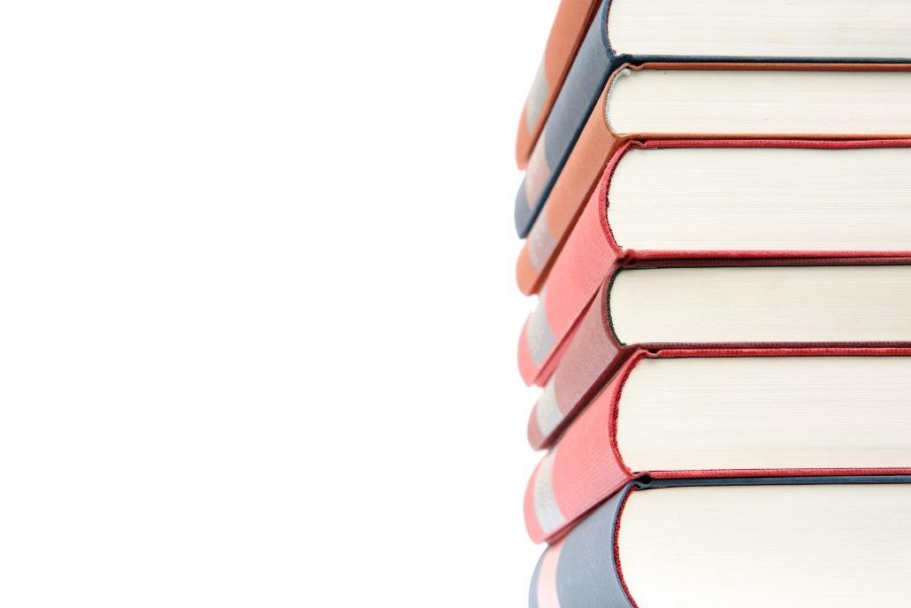 Auf dem Foto sind gestapelte Bücher zu sehen.
