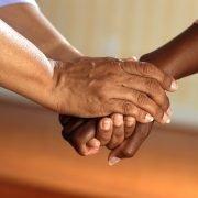 Auf dem Foto sind Hände zu sehen, die sich halten.