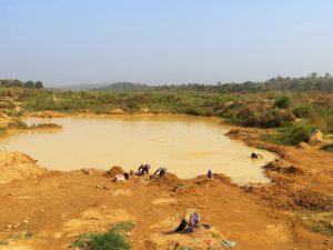 Auf dem Foto sind einige Männer zu sehen, die an einem See arbeiten.