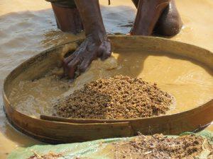 Auf dem Foto ist ein Sieb in Nahaufnahme zu sehen fürs Diamantenschürfen.