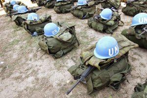 Auf dem Foto sind Waffen und Helme der Blauhelmtruppe zu sehen,