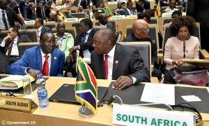 Auf dem Foto sind Menschen bei einer Sitzung der African Union zu sehen.