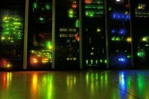 Auf dem Foto sind mehrere Server nebeneinander zu sehen.