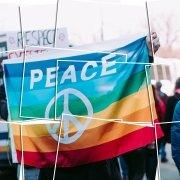 Auf dem Foto ist eine Bilder Collage einer Friedensflagge zu sehen.