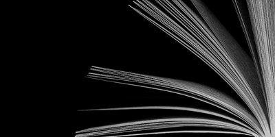 Auf dem Foto ist ein Buch von der Seite zu sehen.