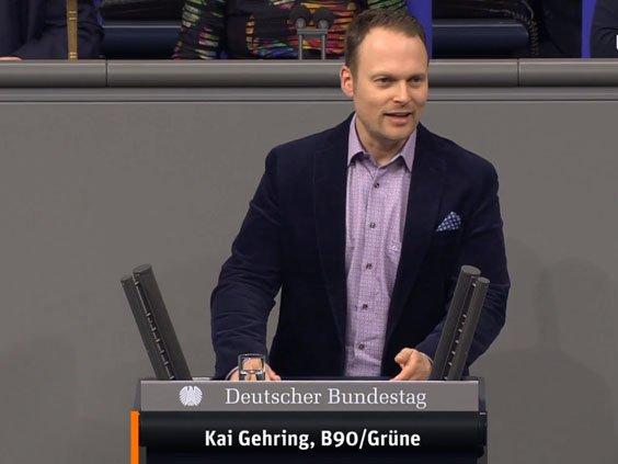 Auf dem Foto ist ein Mitglied des Bundestages zu sehen.