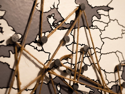 Auf dem Bild ist eine Europakarte mit Pins zu sehen.